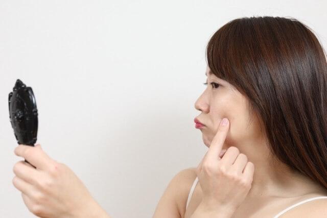 ニキビを気にする女性のイメージ画像