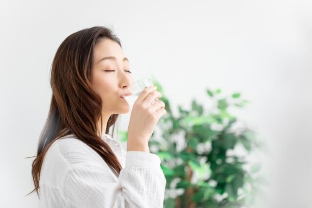 水を飲む女性のイメージ画像
