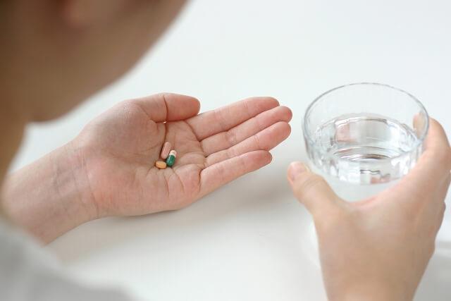 薬を飲む女性のイメージ画像