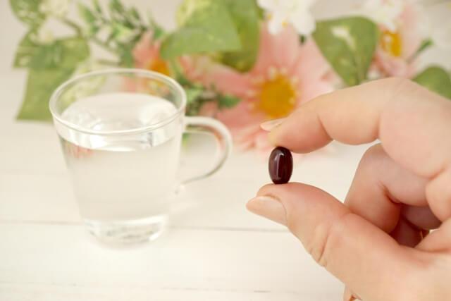 薬を持つ手のイメージ画像